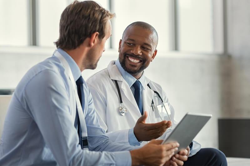 clínica de atención urgente con flujo de caja