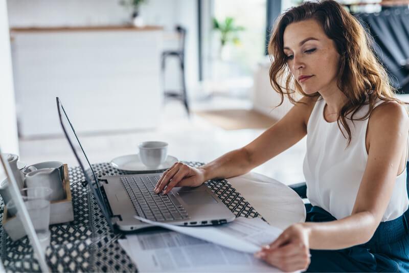 Mujer en costos de inventario de laptop