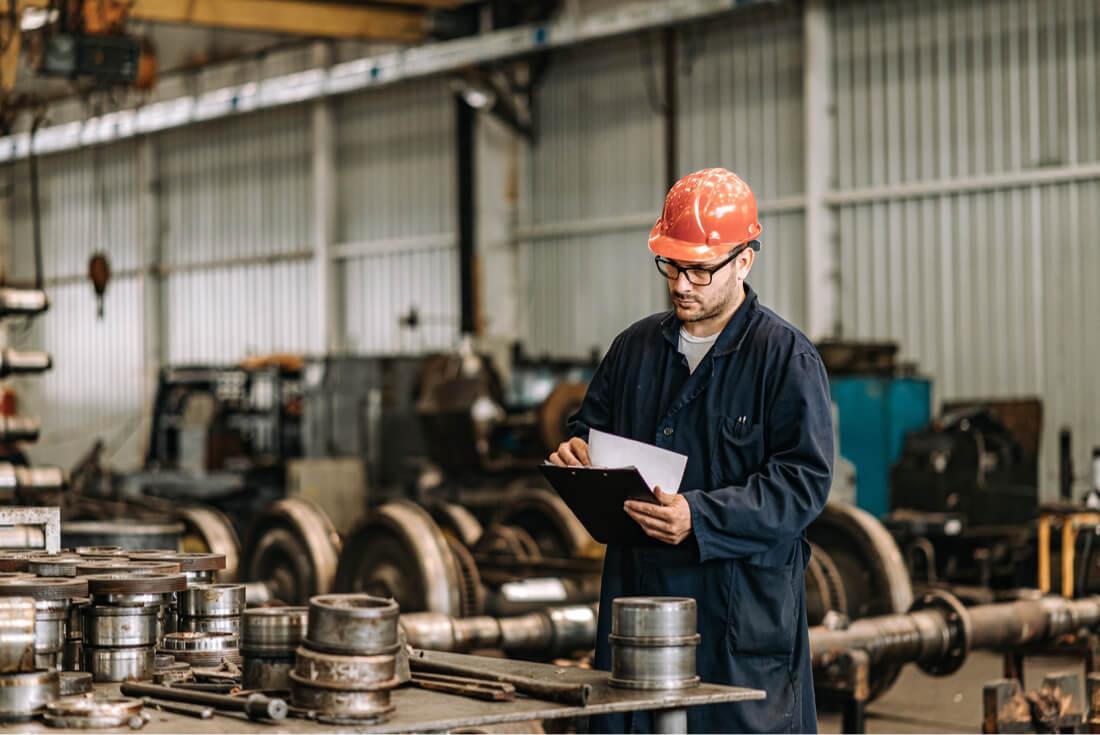 Trabajador en la industria con papeleo