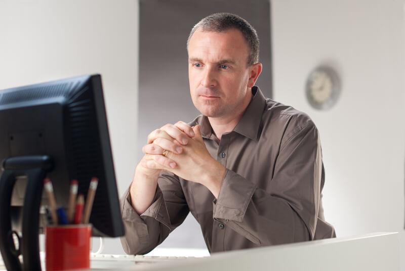 Hombre en portátil preocupado por el flujo de caja