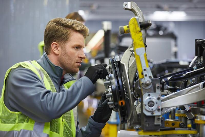 hombre que trabaja en la empresa de fabricación