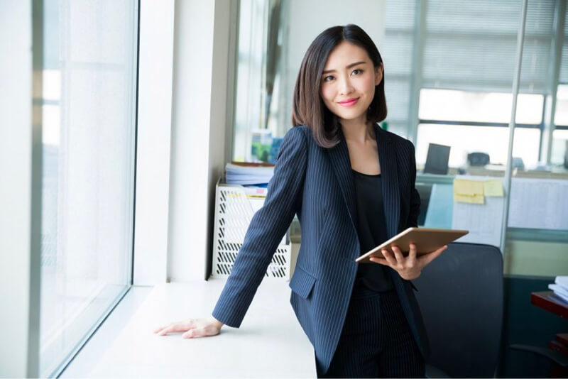 Banquero confiado en crédito de oficina