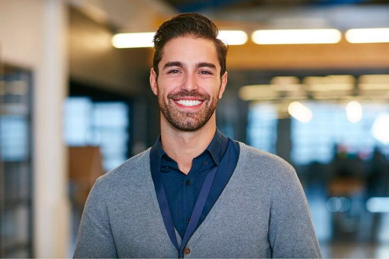 Hombre seguro sonriendo negocio de inicio