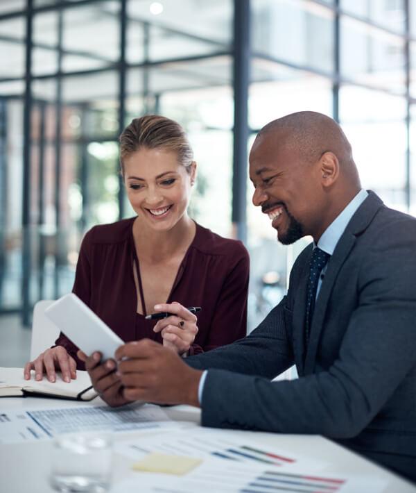 Compañeros que trabajan en finanzas