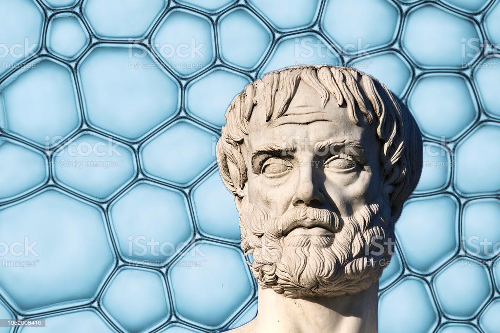 Kopf der Statue von Aristoteles vor einer blauen Zellstruktur