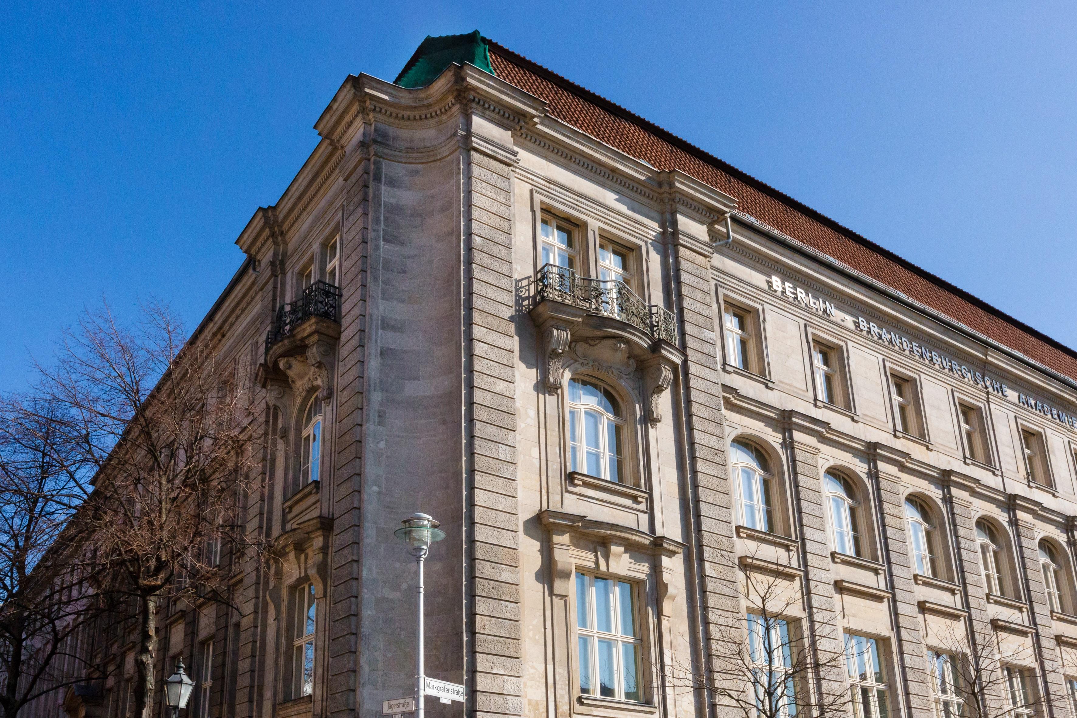 Ansicht der Außenfassade des Gebäudes der BBAW vor blauem Himmel