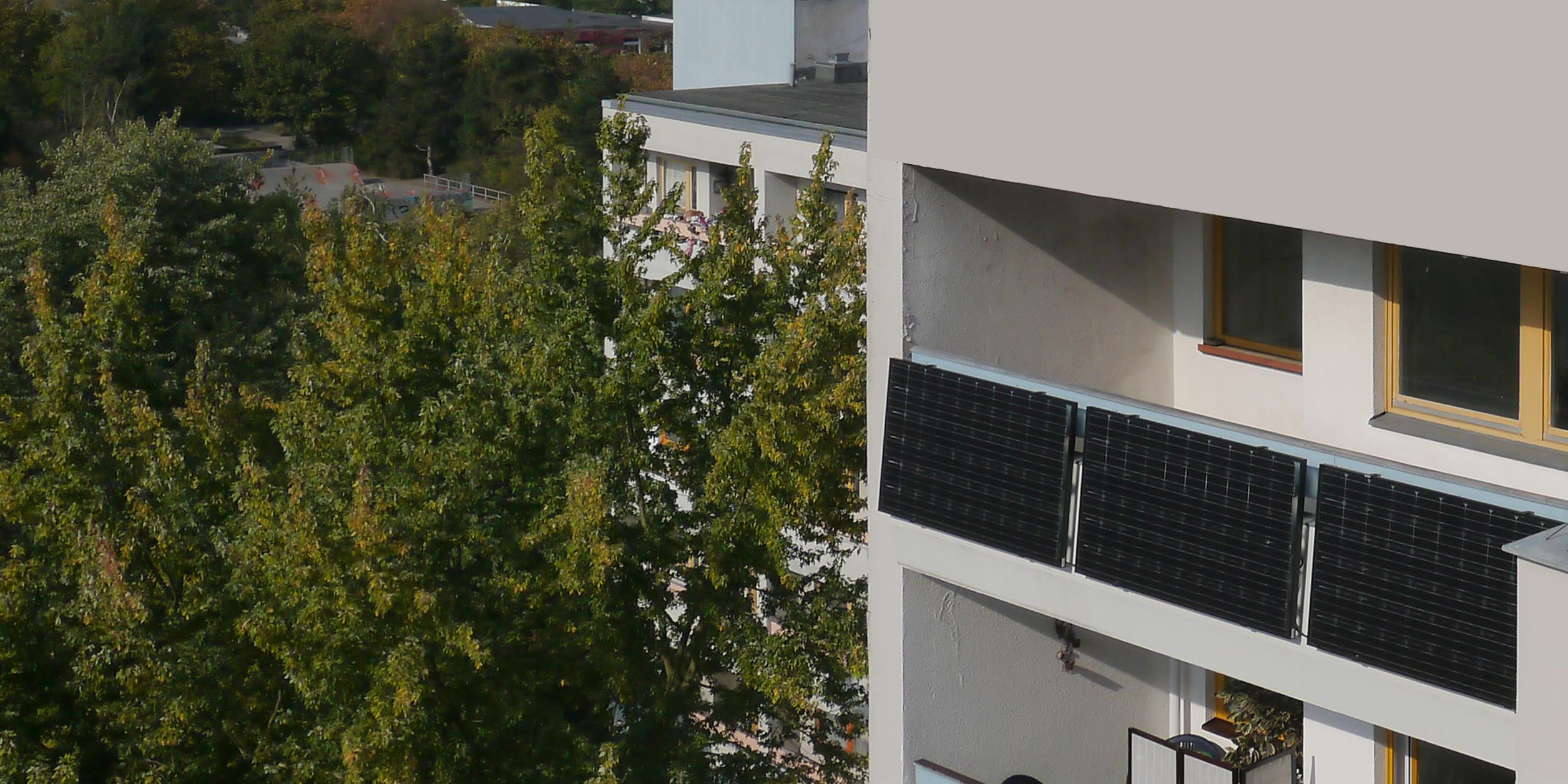 Foto von Balkonen mit Solarpanelen