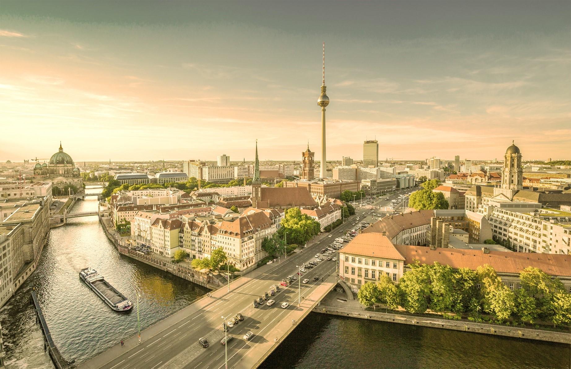 Ansicht der Stadt Berlin aus der Vogelperspektive mit der Spree als Hauptmotiv