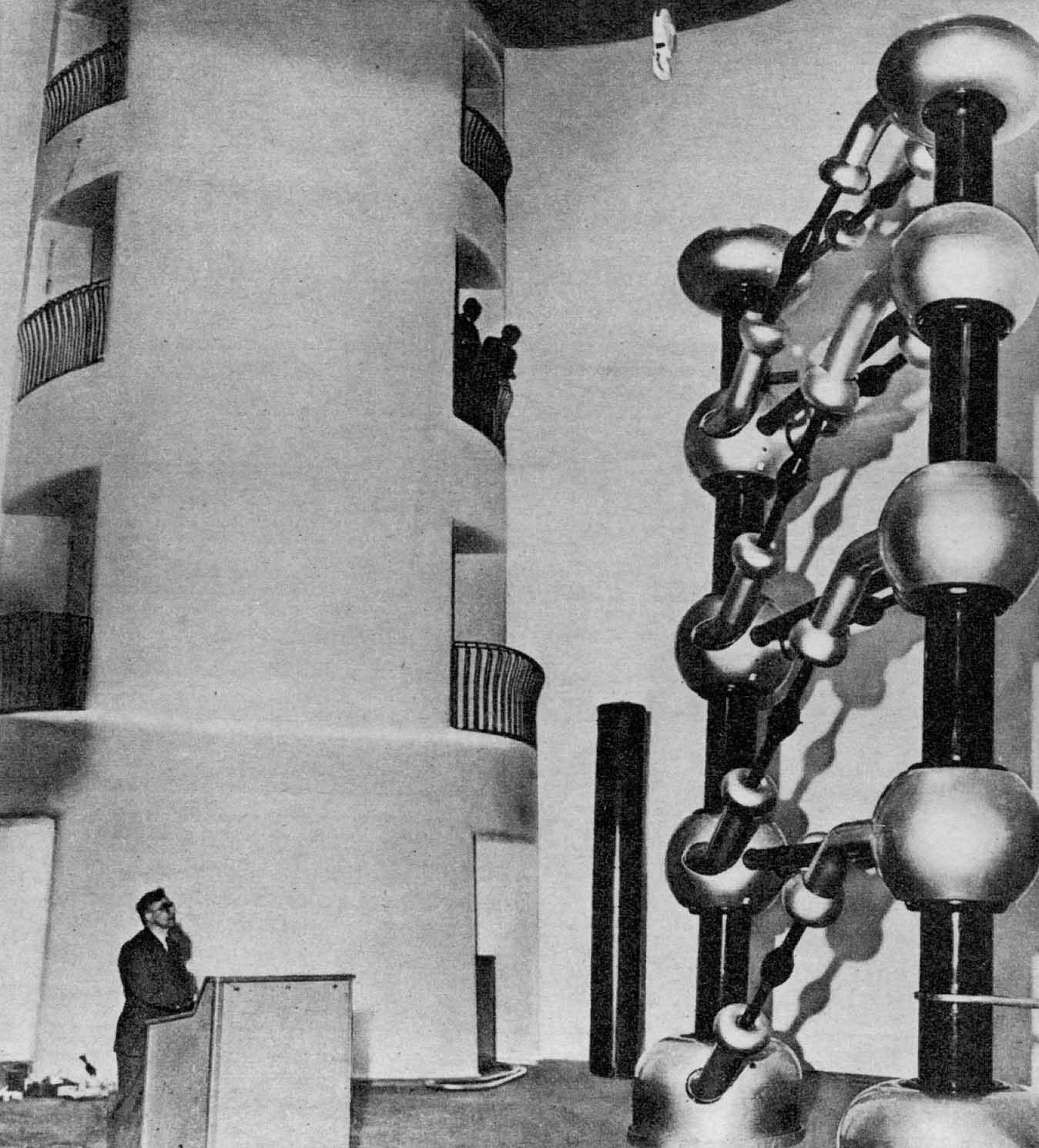 """Fotografie von Kaskadengenerator im """"Turm der Blitze"""" im Kaiser-Wilhelm-Institut für Physik, 1939."""