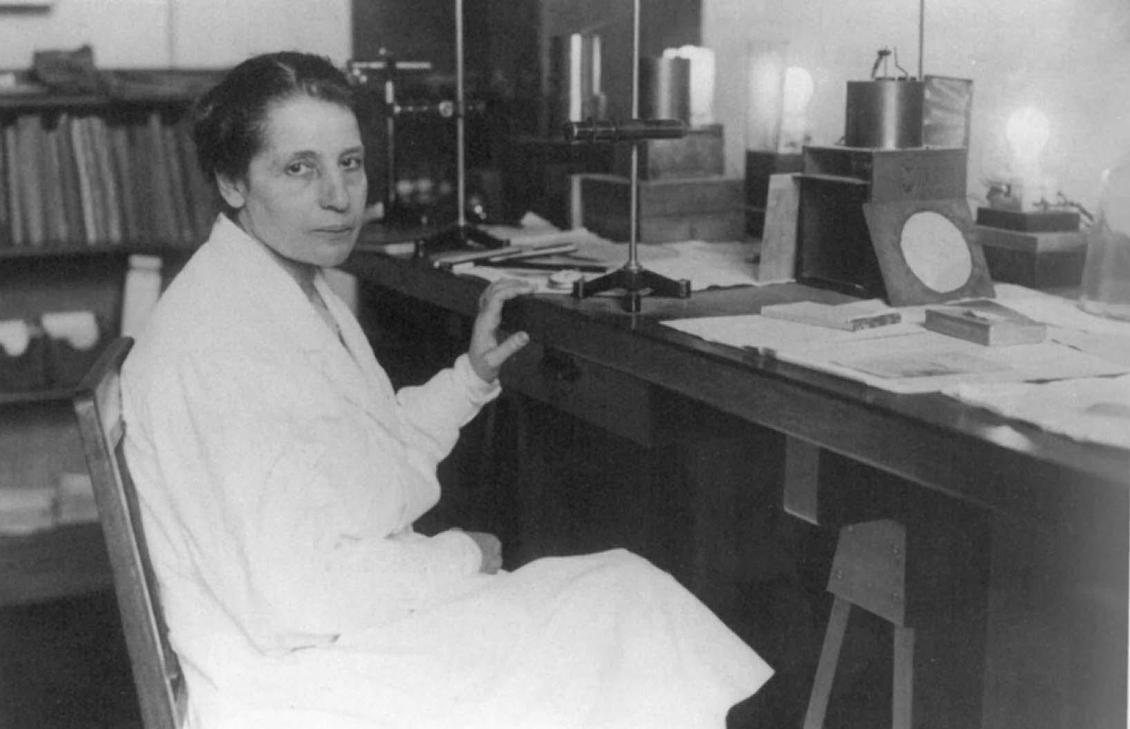 Foto von der Kernphysikerin Lise Meitner (1878-1968), in ihrem Labor im Kaiser- Wilhelm-Institut für Chemie, 1930er-Jahre.