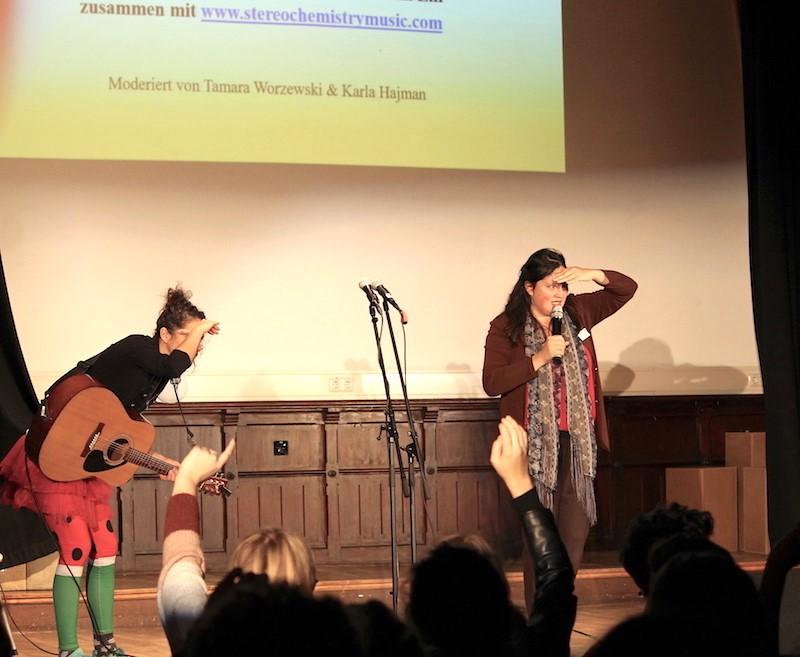 Foto von zwei Personen auf einer Bühne