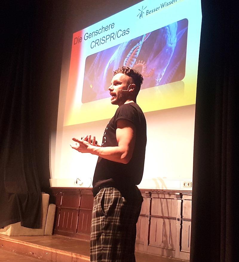 Foto von einem Referenten auf der Bühne