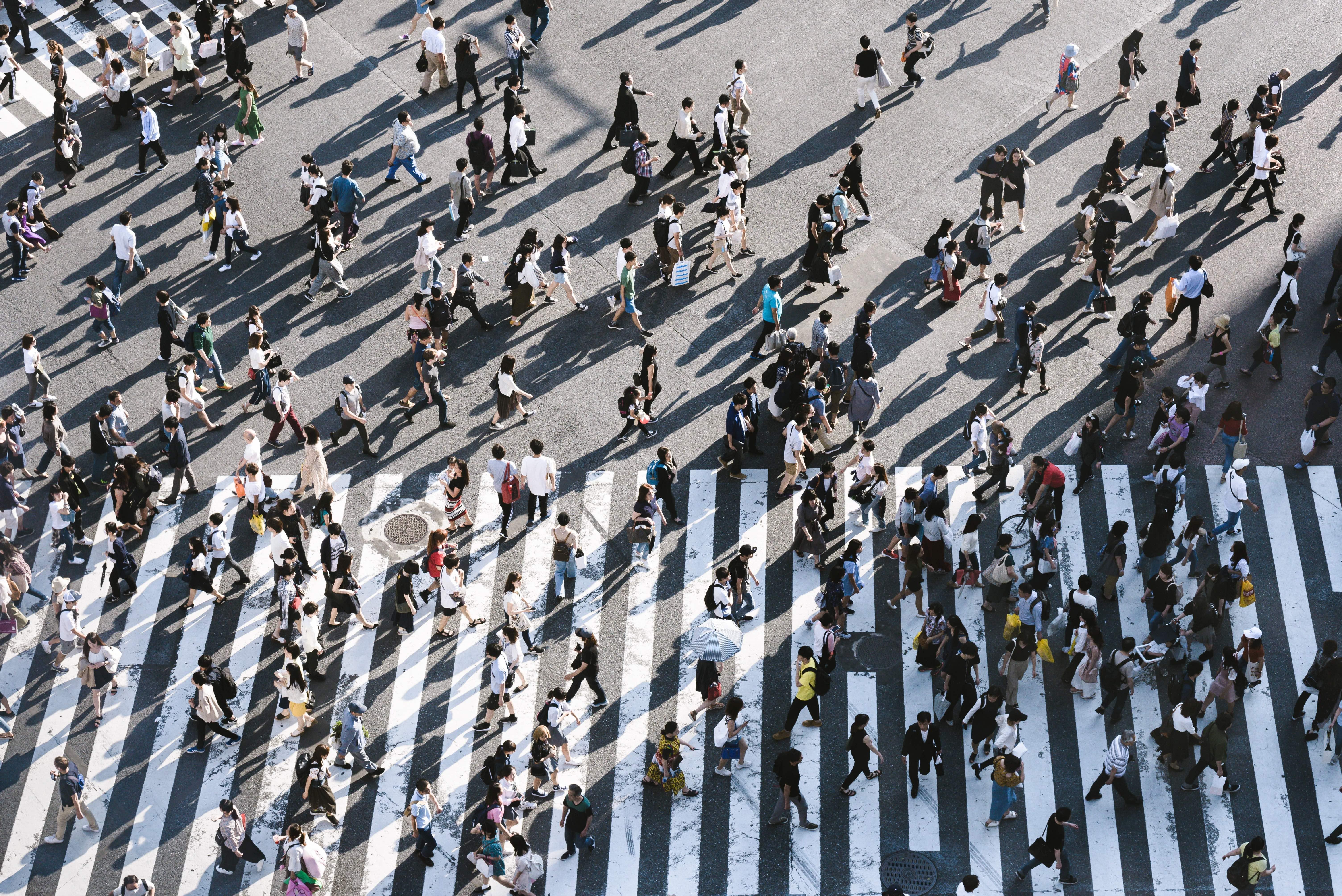 Foto von vielen Menschen, die über einen Zebrastreifen gehen