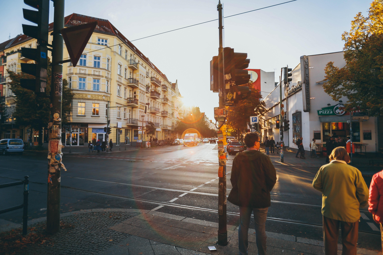Foto von Straßenkreuzung in Berlin bei Sonnenuntergang mit wartenden Menschen