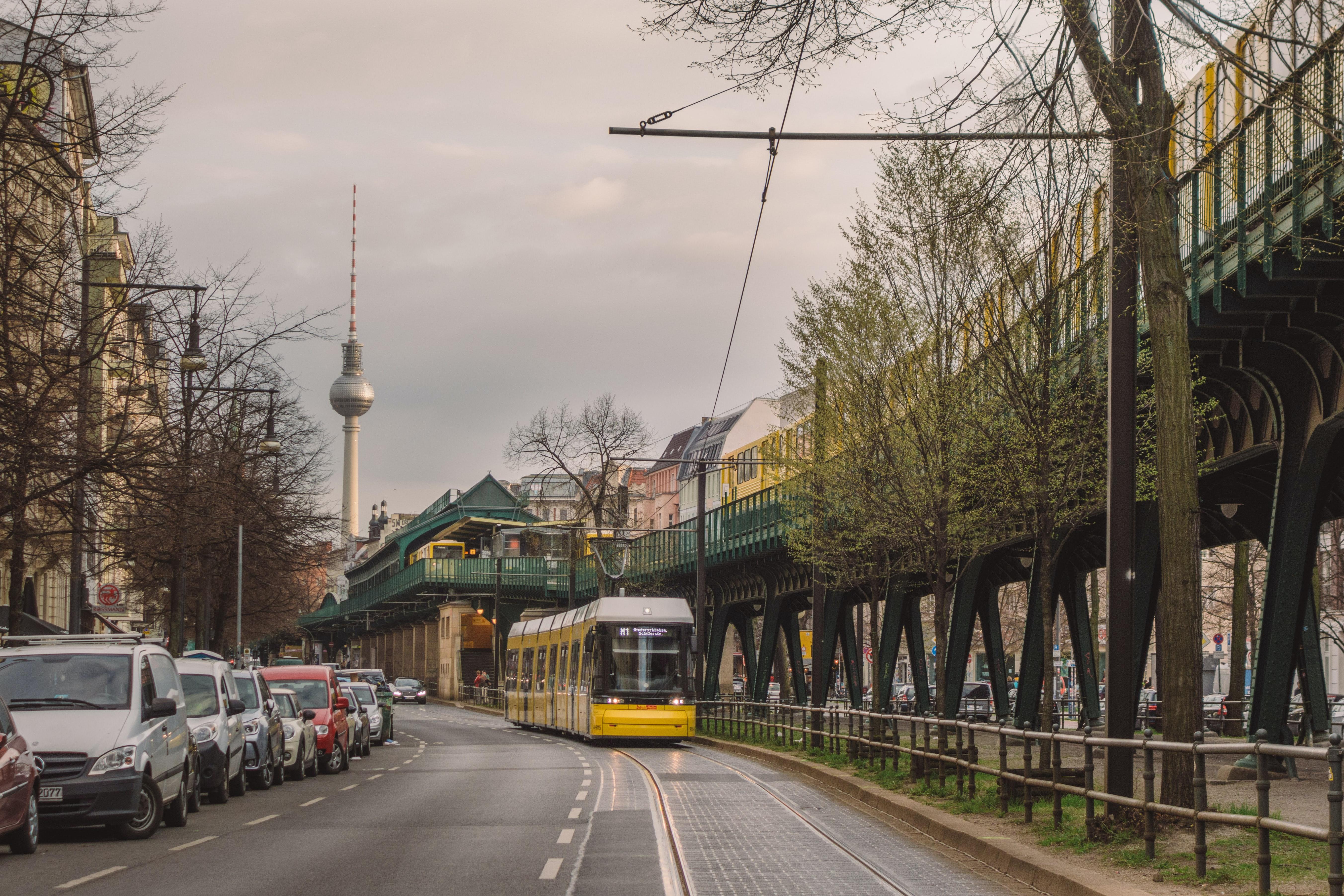 Foto von Straßenansicht aus Berlin mit Straßenbahn, Autos und Fernsehturm im Hintergrund