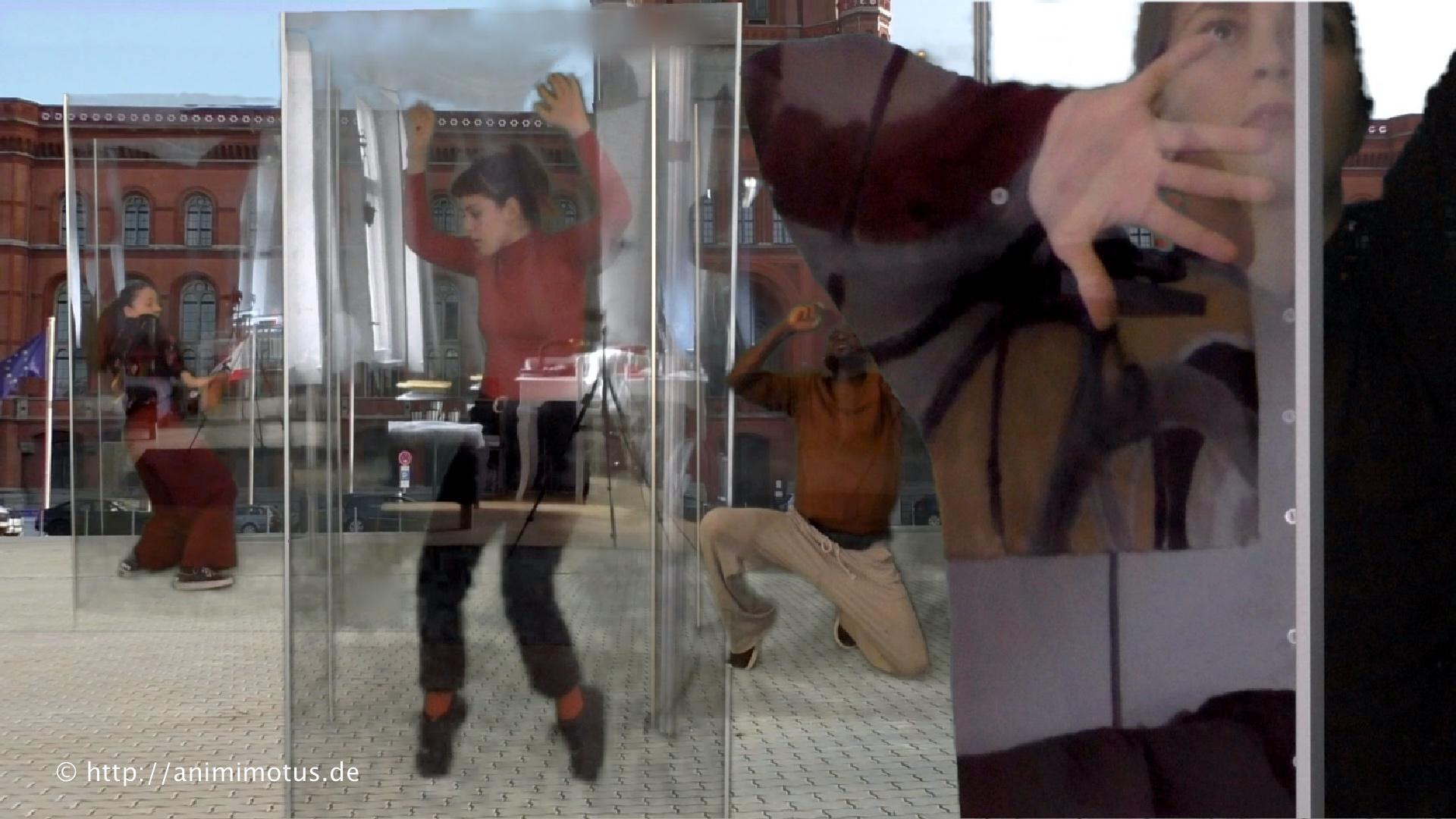 Foto von Tänzer*innen in Glaskuben