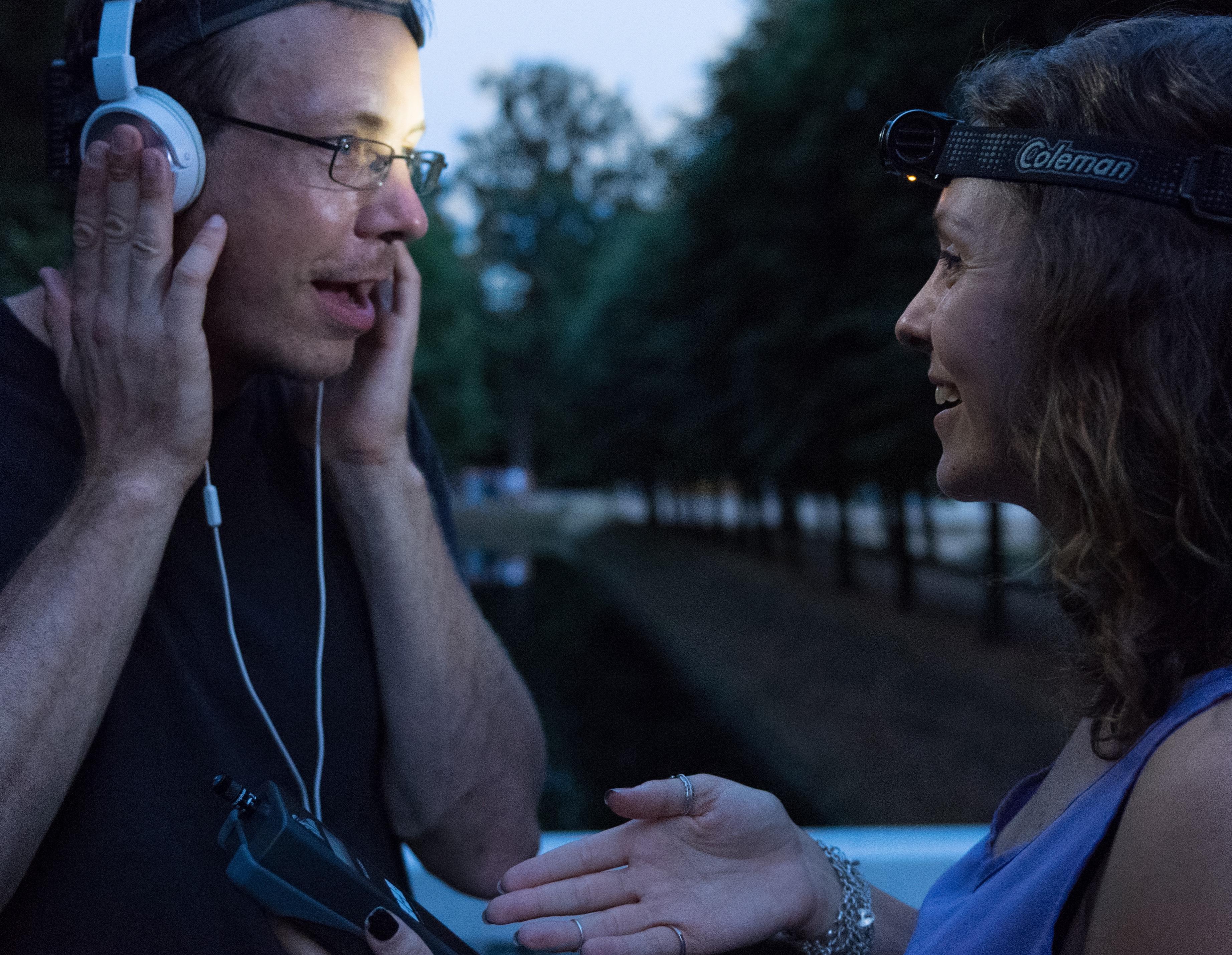 Foto von zwei Personen mit Kopfhörer