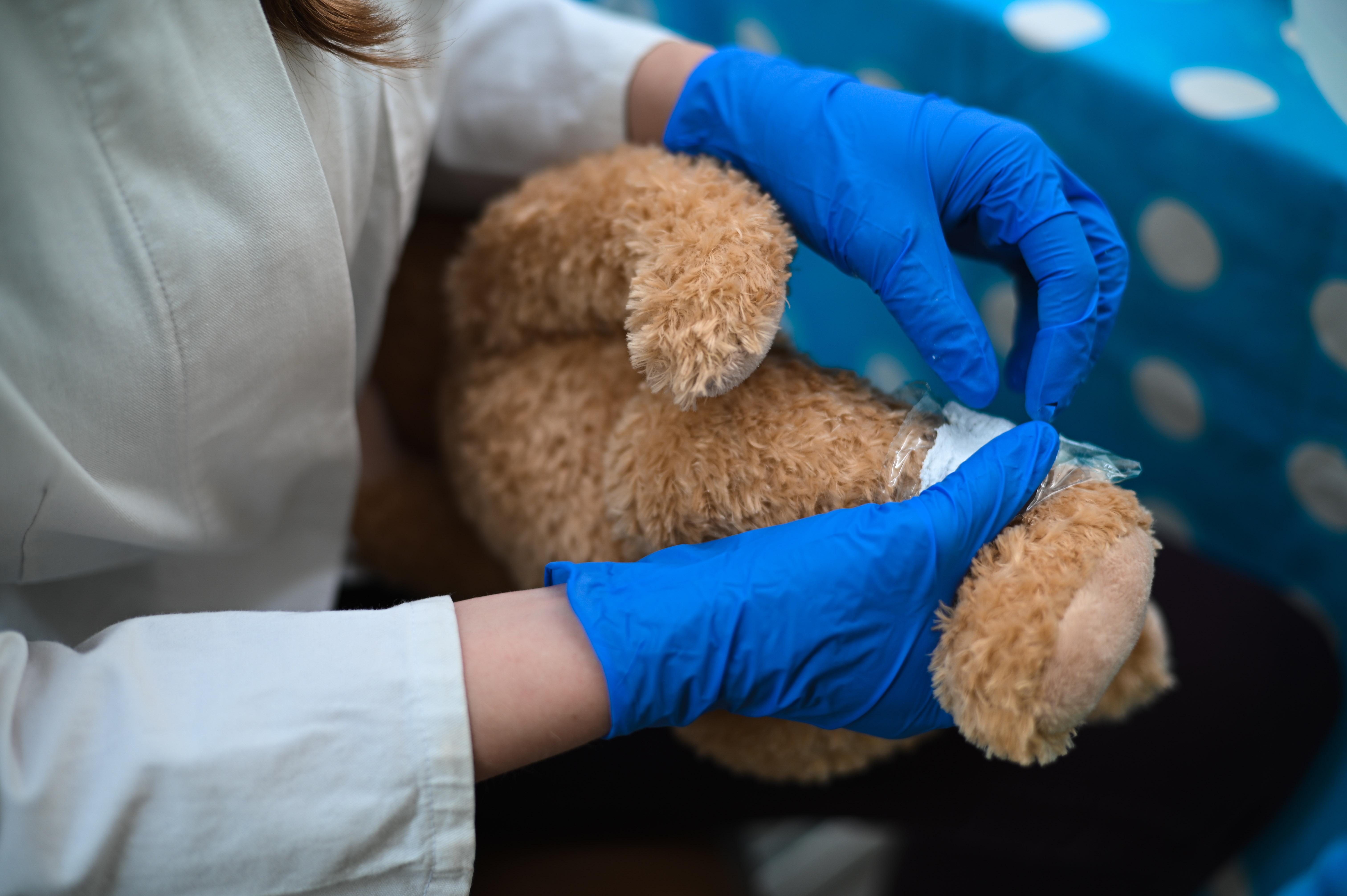 """Foto von Teddybär der gerade """"medizinsich"""" behandelt wird"""