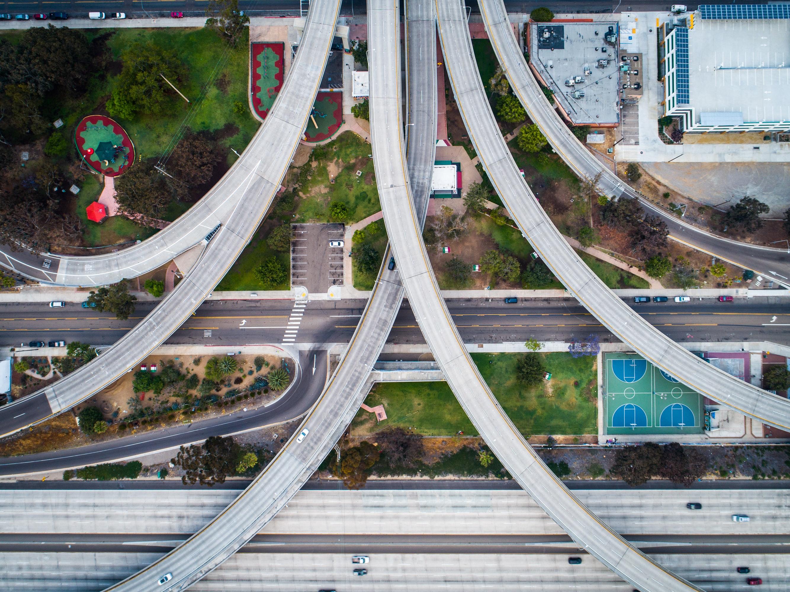 Foto von Autobahnkreuz und Wohnhäusern aus der Vogelperspektive