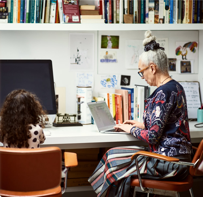 老妇人看着笔记本电脑
