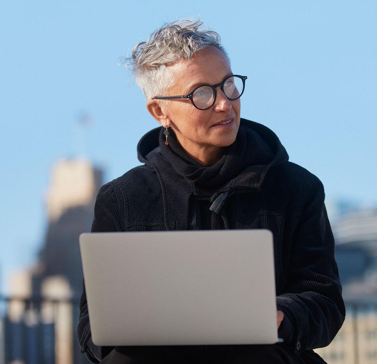 在外面用笔记本电脑工作的女人