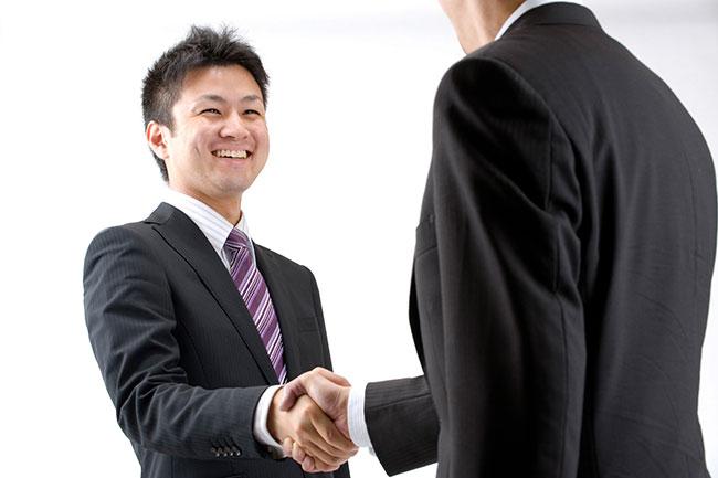 笑顔で握手を交わすセールスパーソン