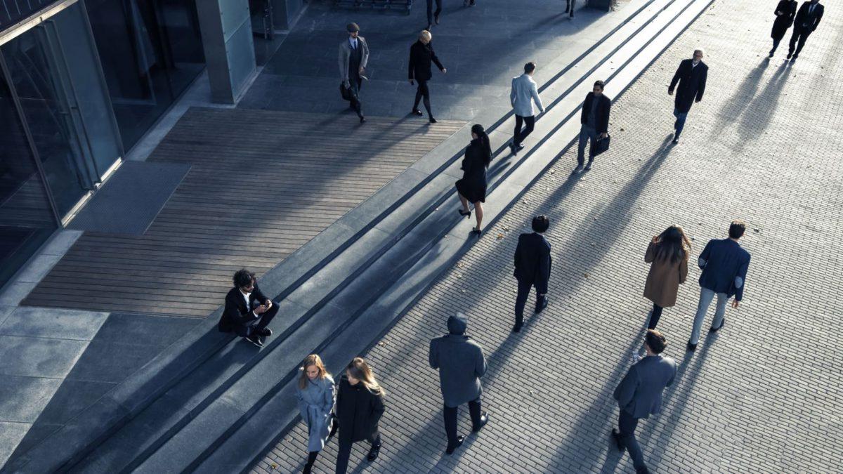 街を歩く人たちのイメージ