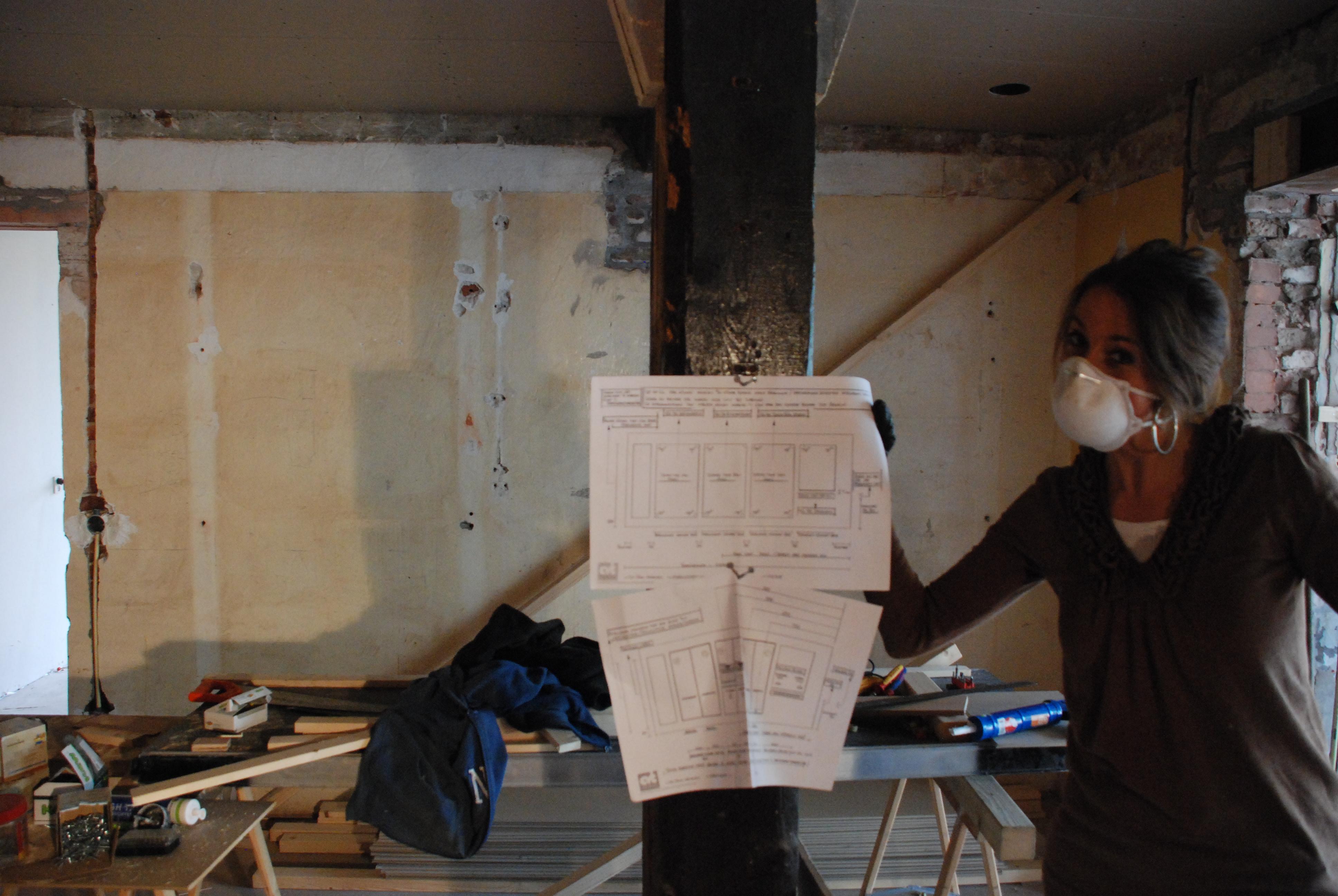 Stephanie toont de bouwtekeningen