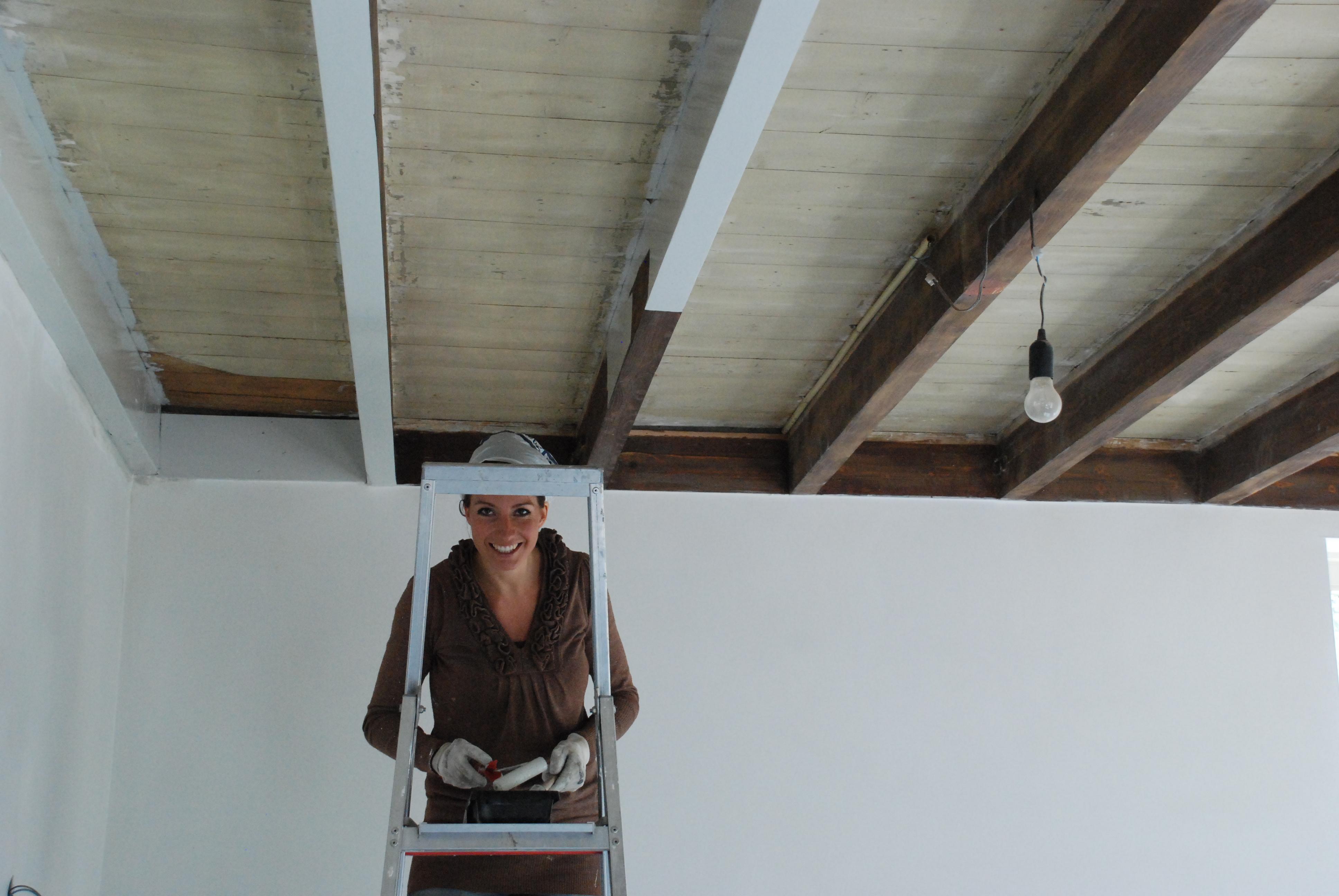 Stephanie aan het werk tijdens verbouwing boerderij
