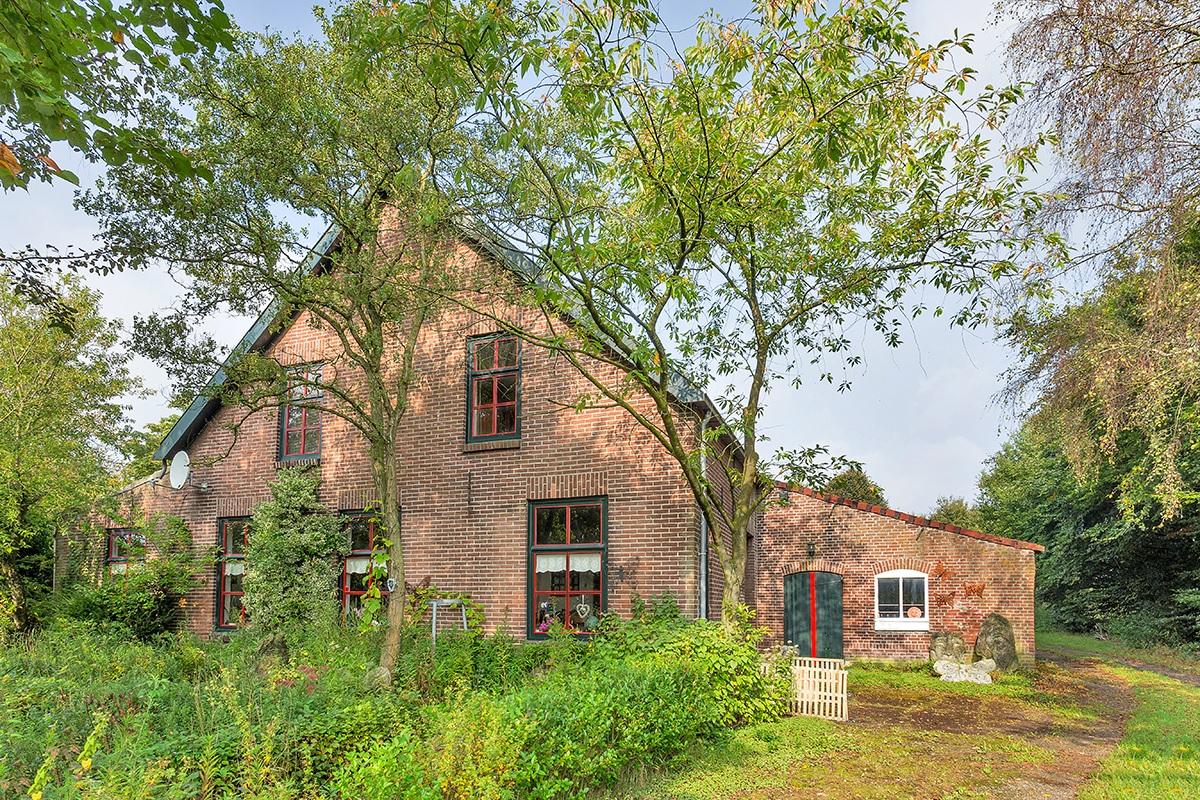 Vooraanzicht woonboerderij in landelijk gebied Oosterhout: op en top landelijk wonen!