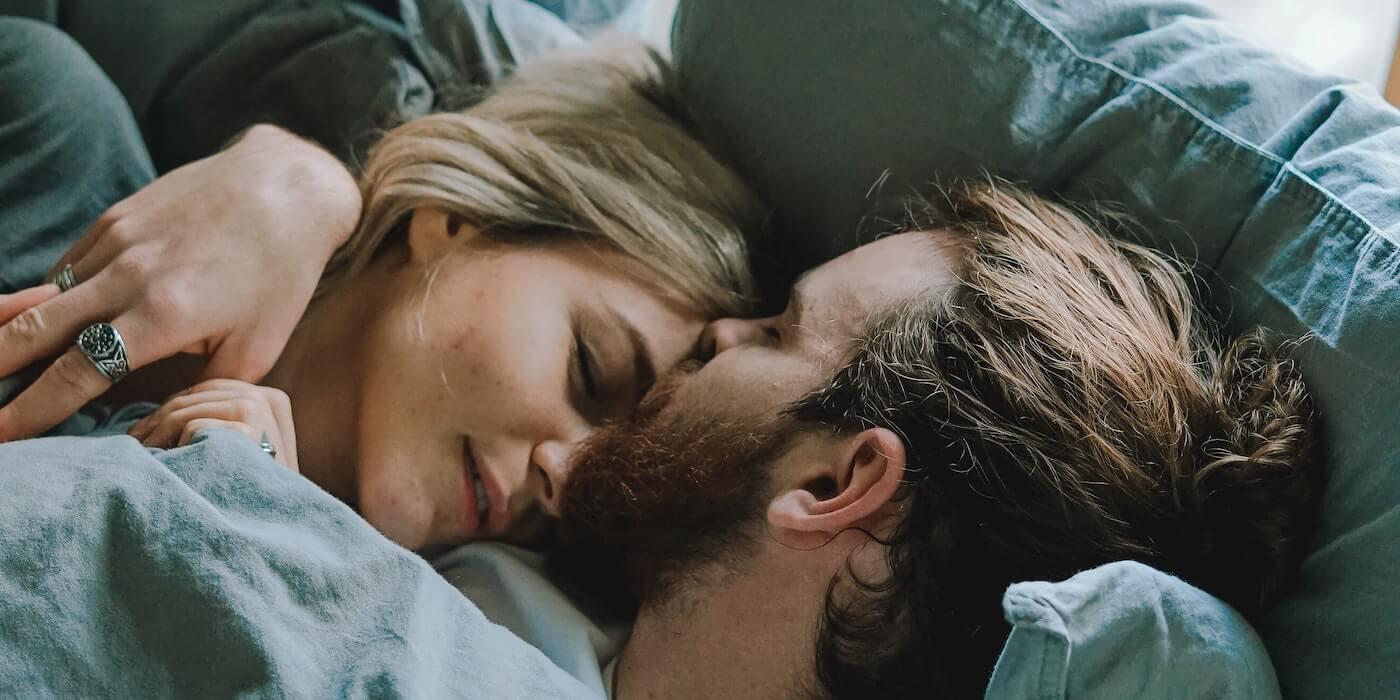 Mann und Frau kuscheln im Bett   Toa Heftiba - Unsplash