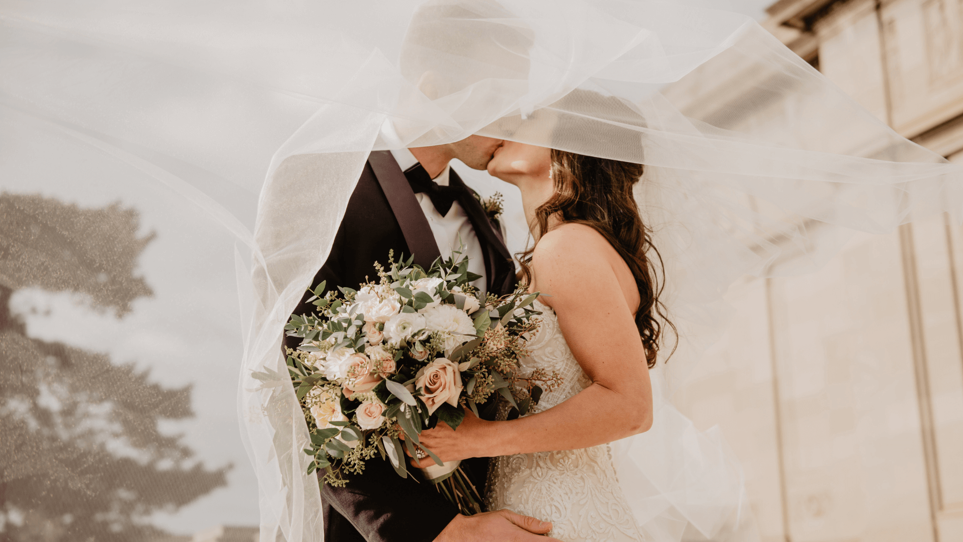 Des nouveaux mariés s'embrassent à Tourcoing