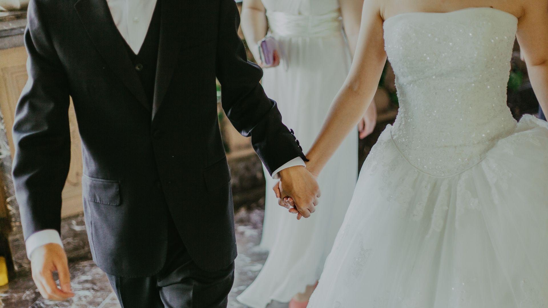 Les mariés se tiennent la main à Lille