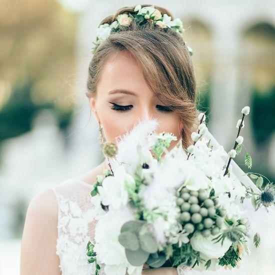 La mariée tient son bouquet devant elle à Beauvais