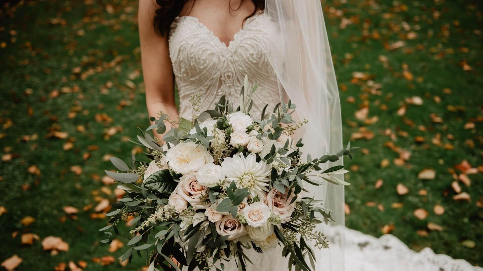 Une mariée tient son bouquet à Cambrai