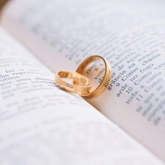 Photo des deux anneaux dans un livre à Cambrai