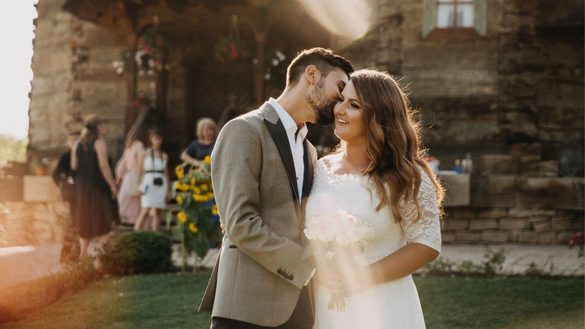 Un couple de mariés s'embrasse à Brunoy