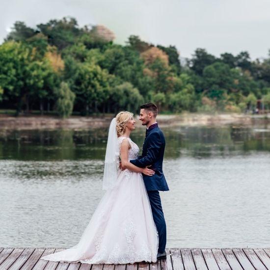 Les mariés posent devant la rivière