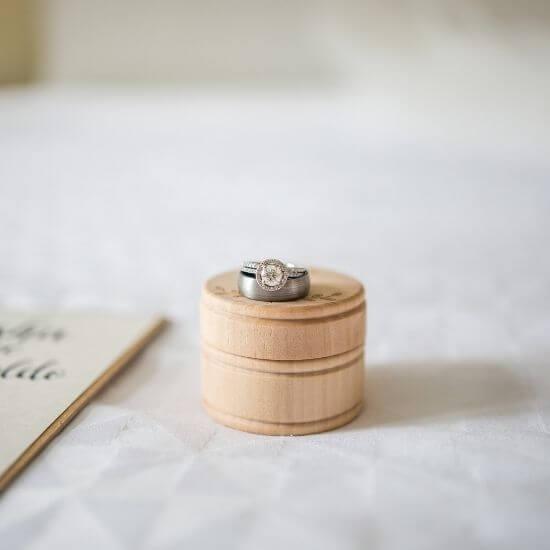 Gros plan d'une bague de mariage à Compiègne
