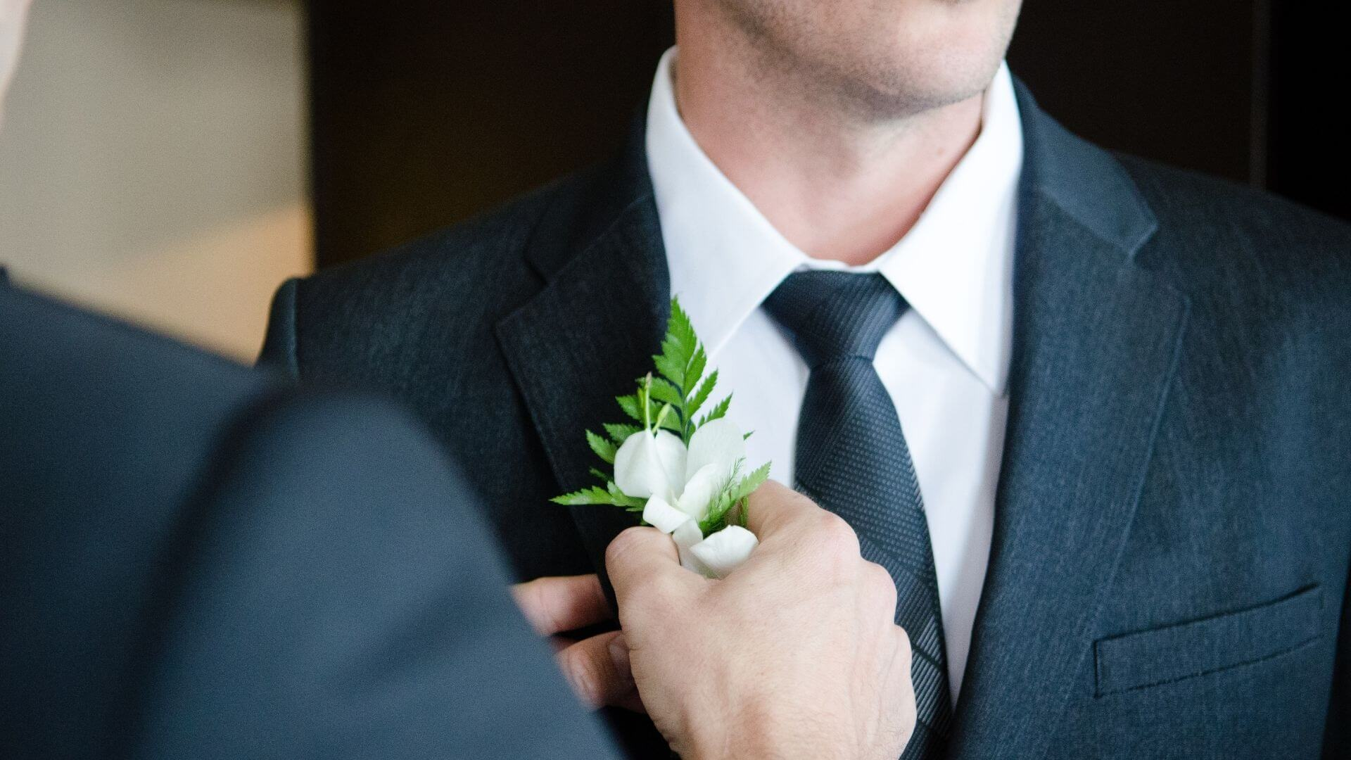 Un témoin place une broche sur le marié à Dunkerque