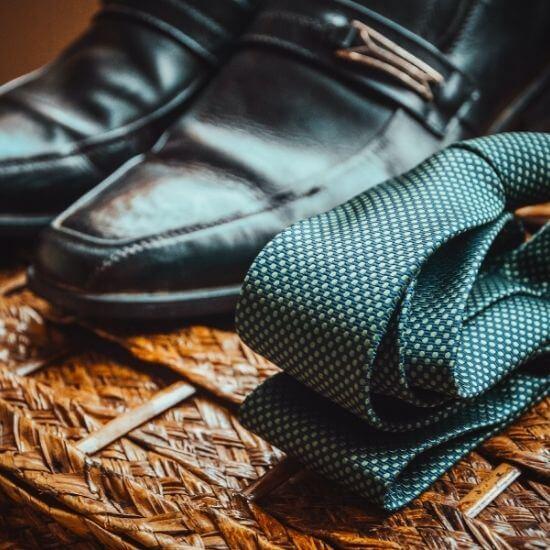 Gros plan des chaussures et de la cravate du marié à Dunkerque
