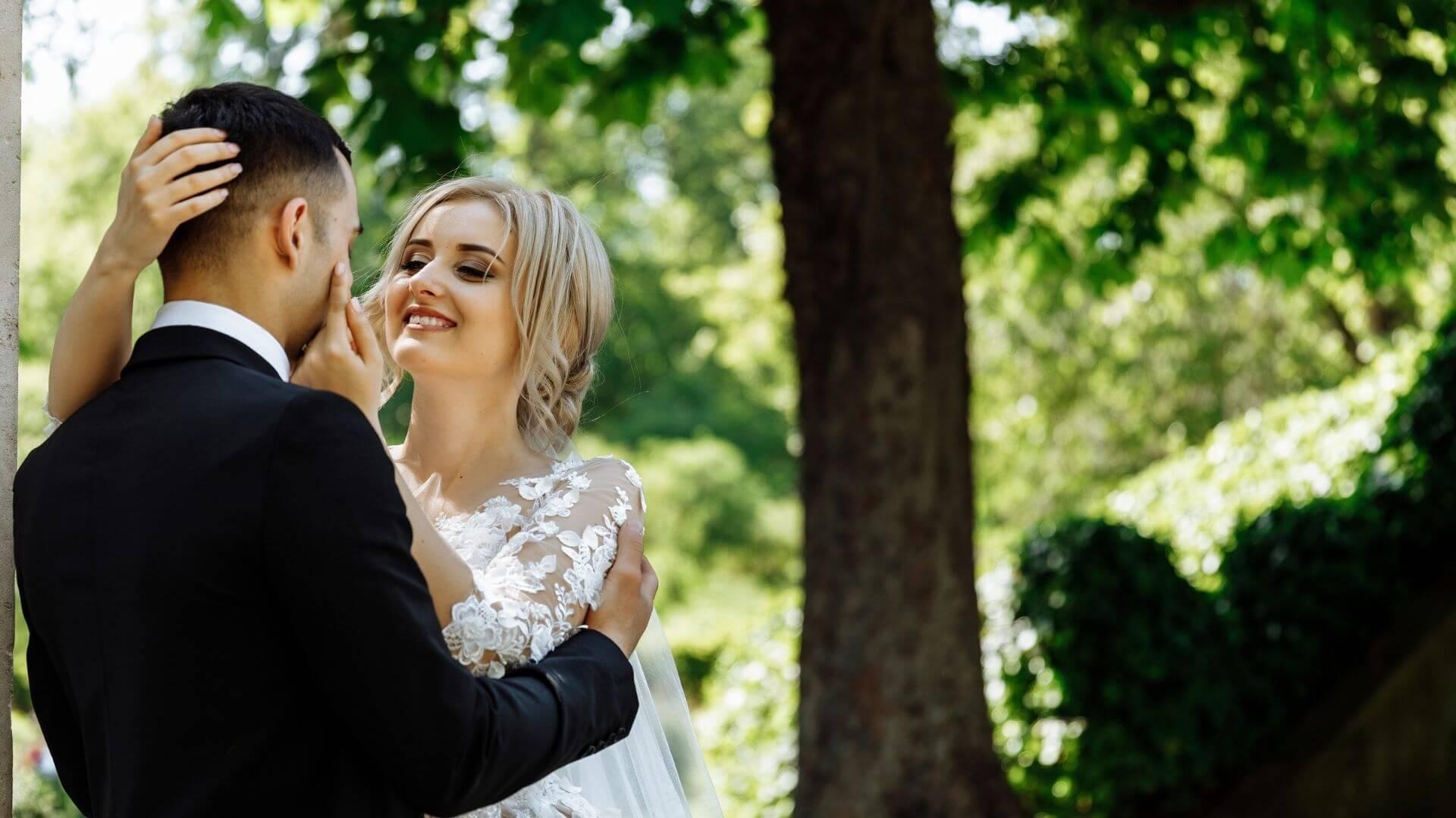 Les mariés s'enlacent à Evreux