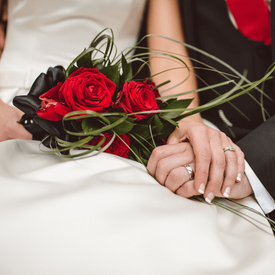 Photos des mains des mariés enserrées à Evreux