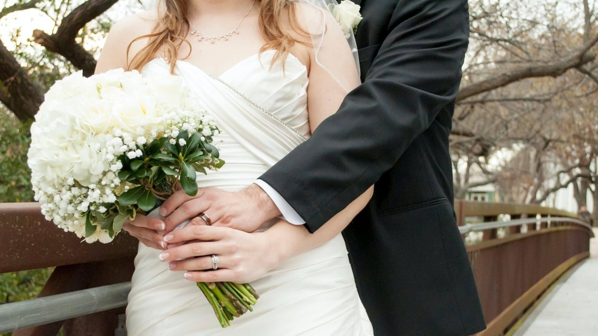 Le marié enlace la mariée à Le Havre