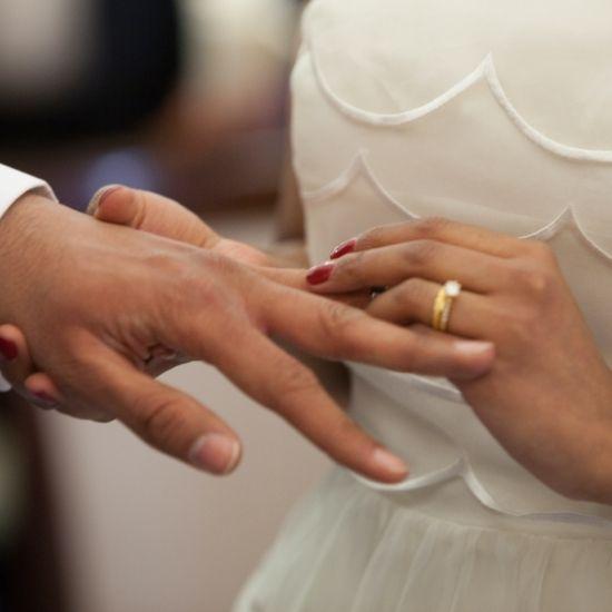 La mariée passe la bague au doigt du marié à Le Havre