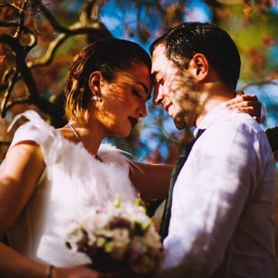 Un couple se serre dans une forêt à Lens