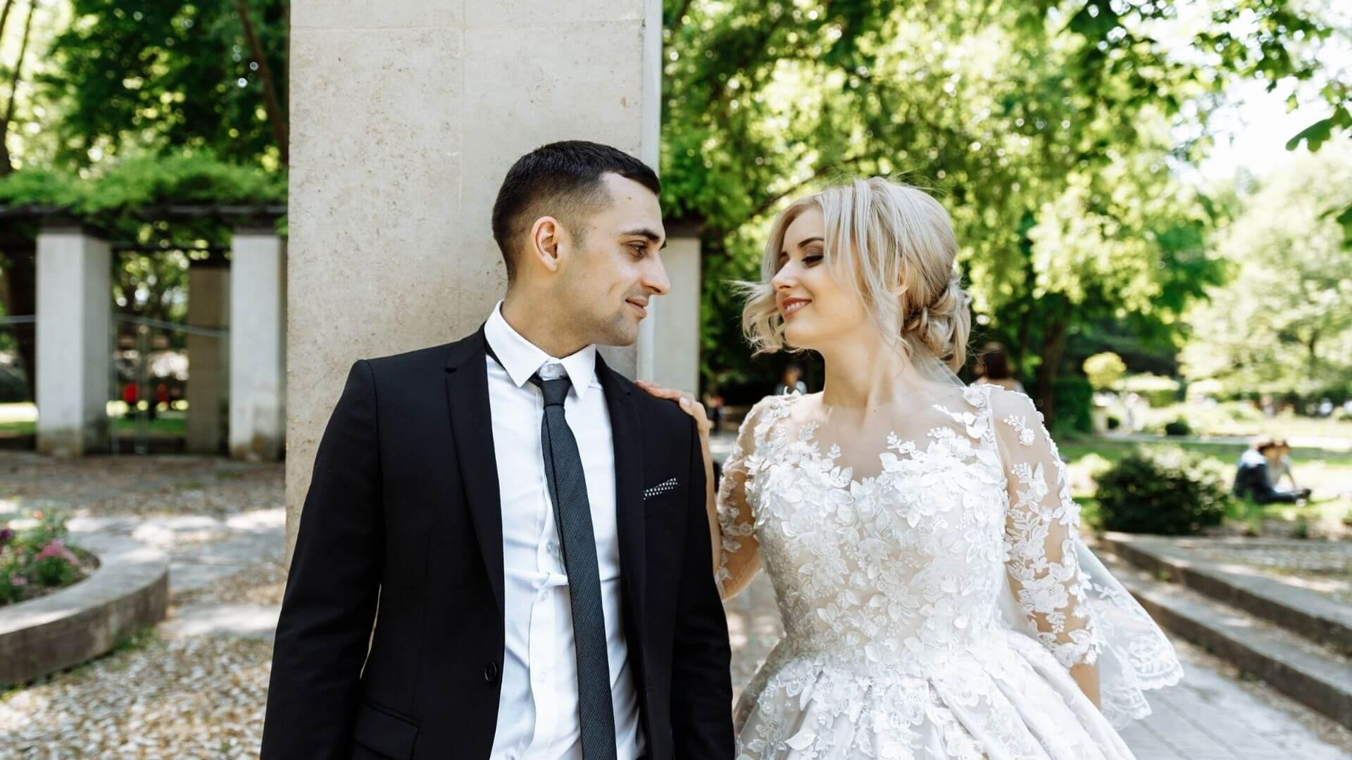 Un couple se regarde et se sourit à Lens
