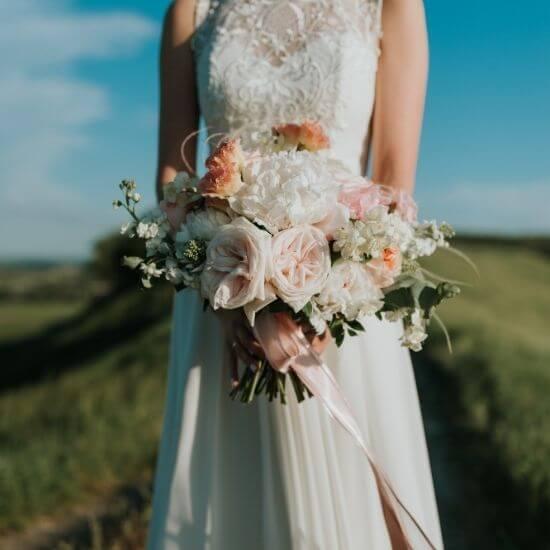 Une mariée pose avec son bouquet dans le Nord Pas-de-Calais
