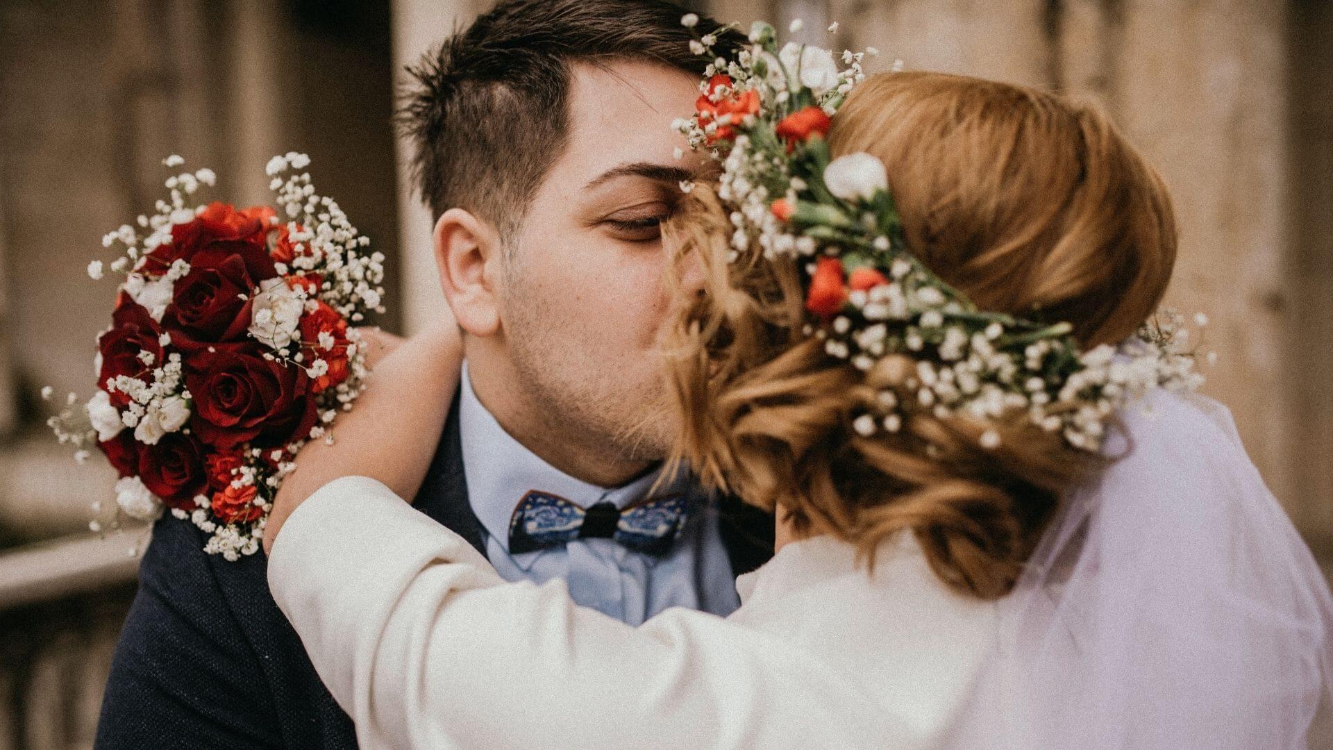 Les mariés s'embrassent dans l'Oise