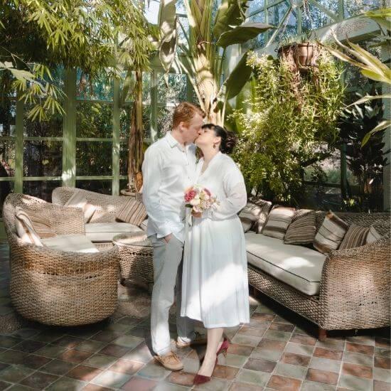 Les mariés s'embrassent dans un grand patio dans l'Oise